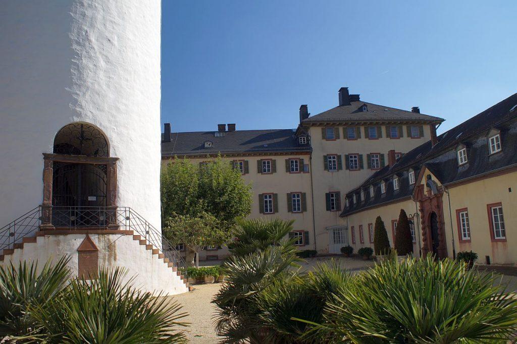 Innenhof des Schlosses von Bad Homburg mit dem Weißen Turm im Vordergrund